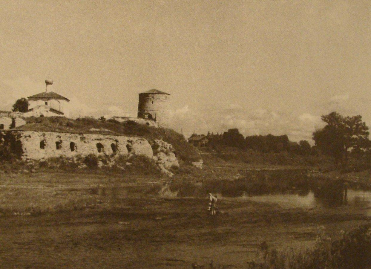 Вид на Гремячую горку через реку Пскову
