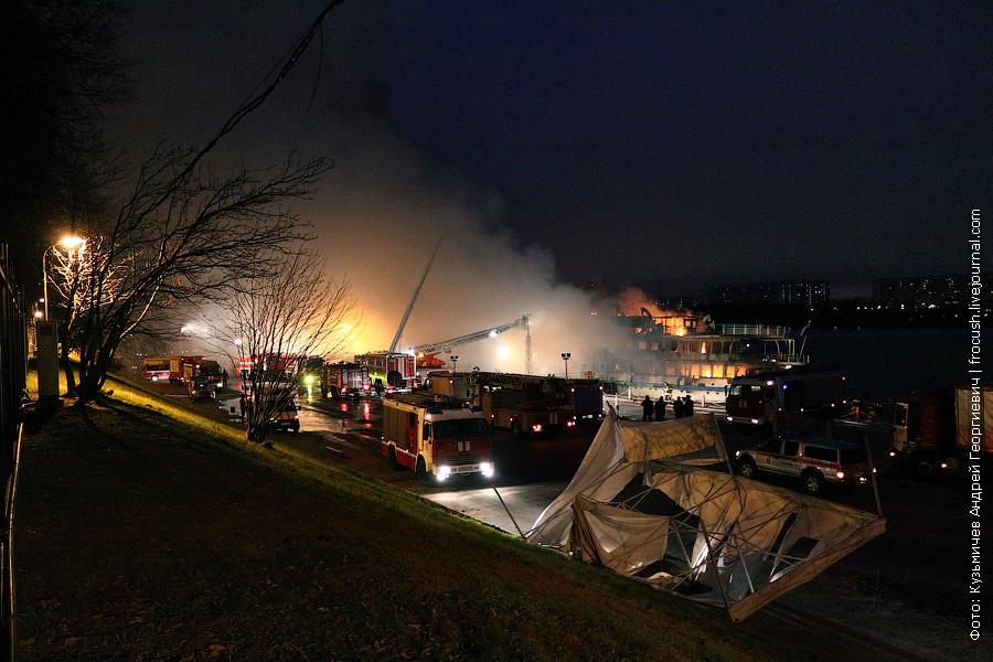 14 ноября 2011 года 8:26 пожарные в Северном речном порту во время пожара на теплоходе Сергей Абрамов