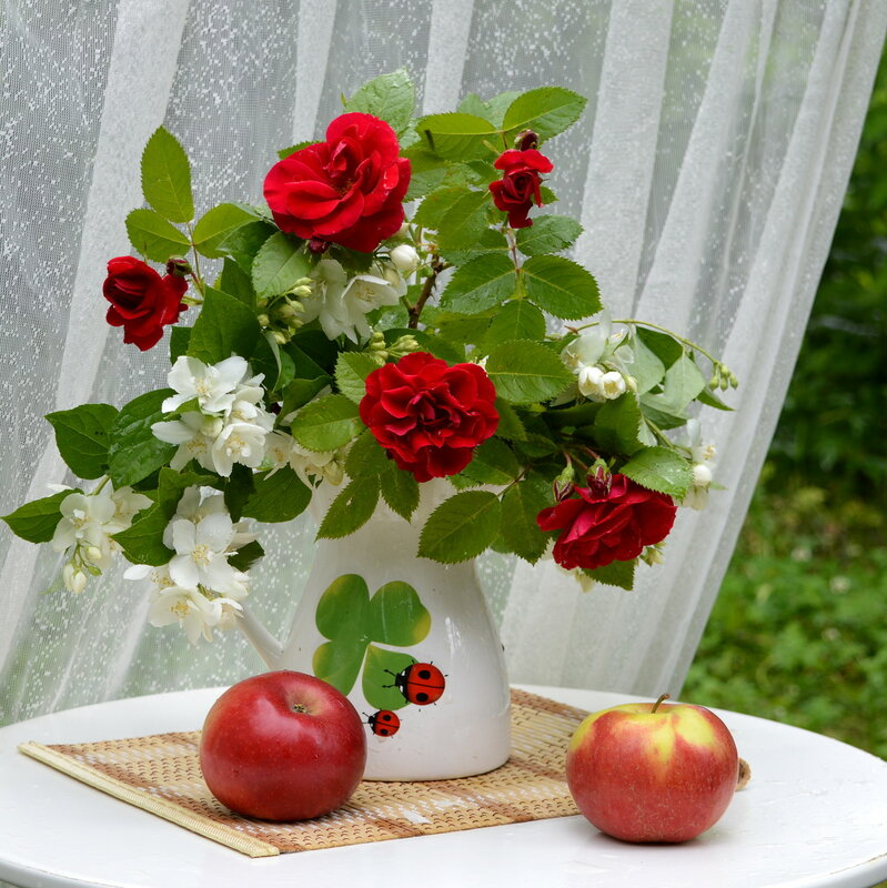 ...Наполняя рассвет светлой свежестью, ароматом волнующих роз...
