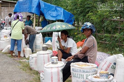 суровые торговки крупами на индонезийском рынке