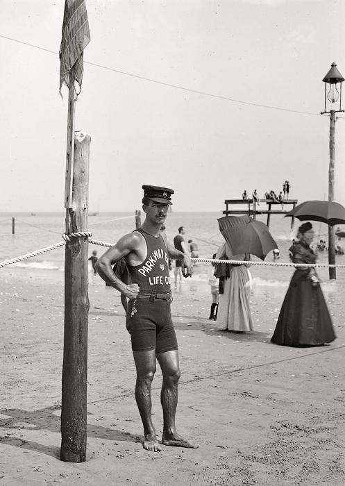 Блюститель порядка на пляже, следящий за длиной женских купальных костюмов. В 1919 году ношение слит