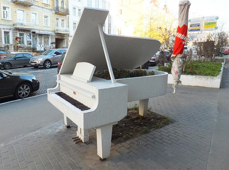 рояль, кусты