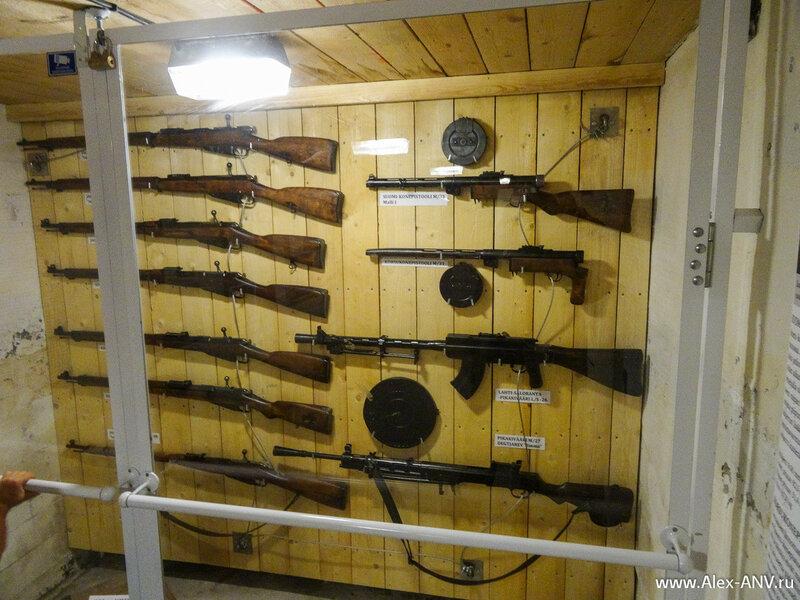В одном из бункеров заботливо вывешены автоматы и винтовки