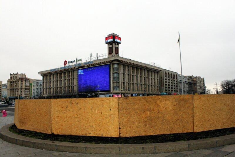 Забор вокруг клумбы на Майдане