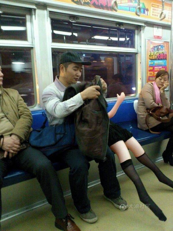 китайские нравы, китайские поезда, дакимакура, извращенцы, секс-кукла