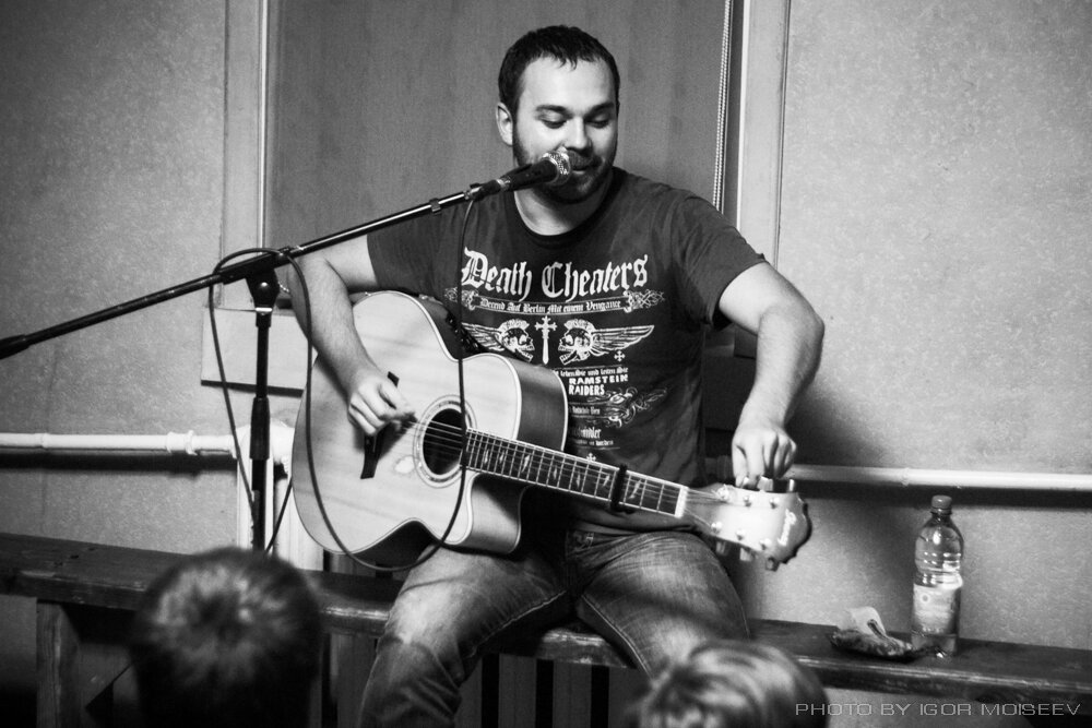 Бранимир настраивает гитару
