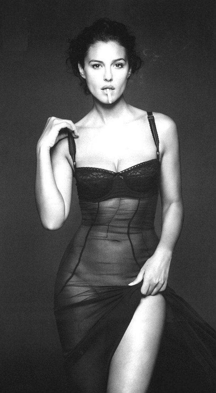 smoking Monica Bellucci / Моника Беллучи с сигаретой