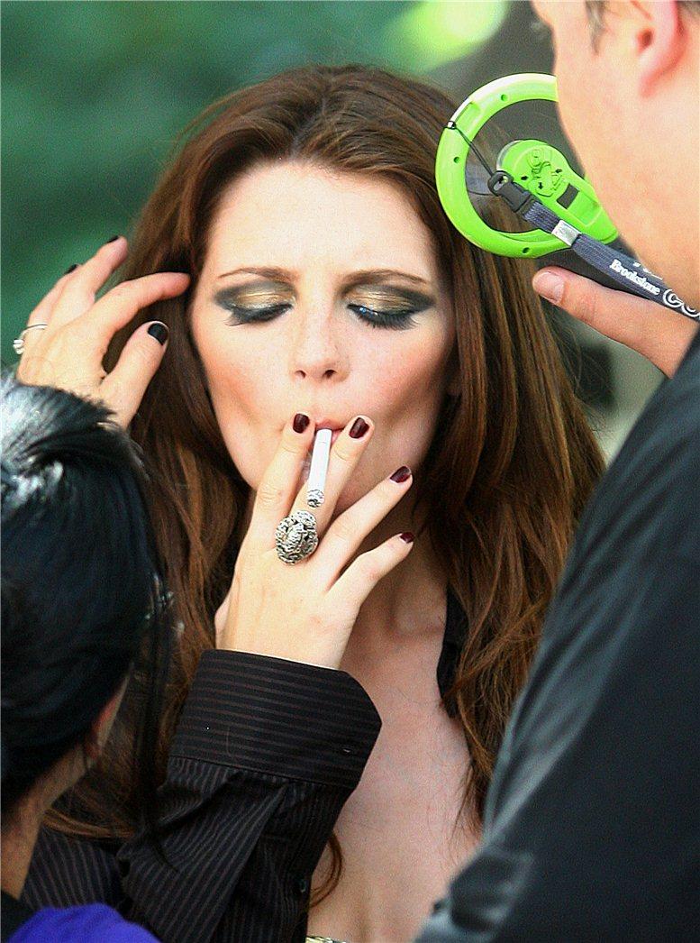 smoking Mischa Barton / Миша Бартон с сигаретой