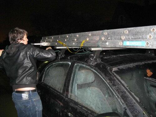 Фото 16. Погрузка и крепление лестницы к багажной системе легкового автомобиля.