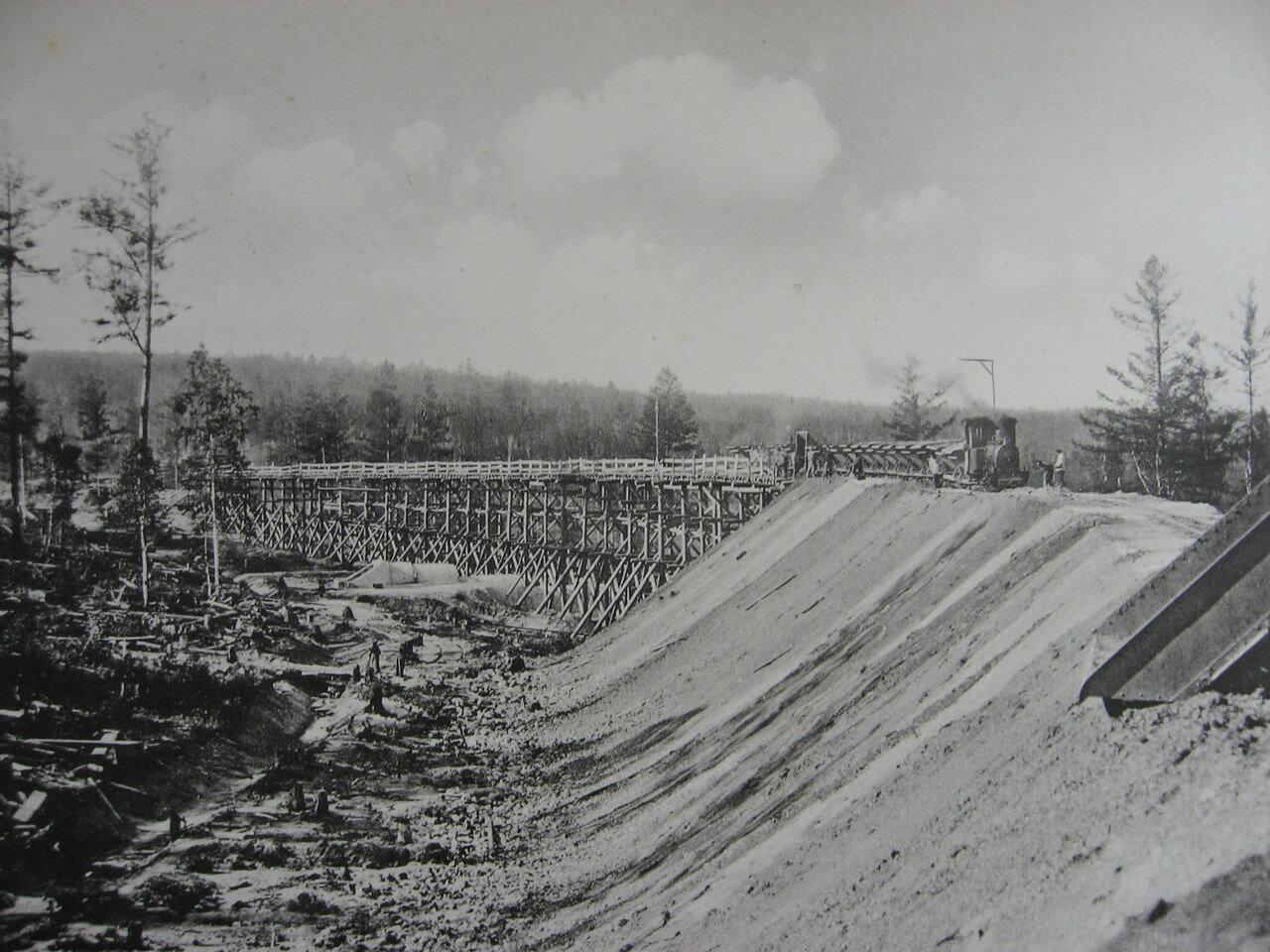 33. 2551 верста. Сооружение насыпи при помощи эстакады. Строительный период 1908