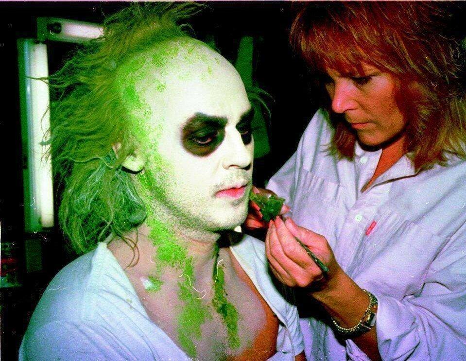 1988. Майкла Китона гримируют на съемках фильма «Битлджус»