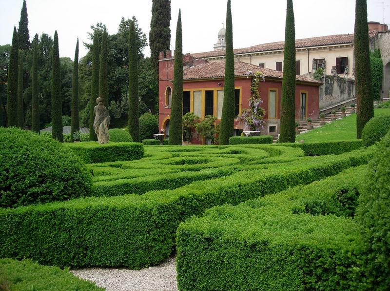Verona photographer family photo shooting at giardino giusti verona