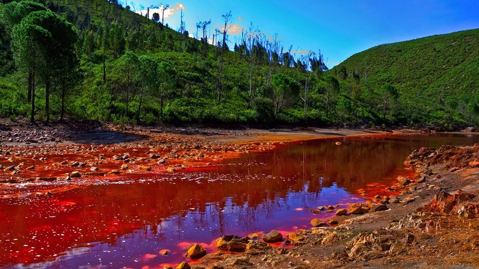 Вода в испанской реке Рио Тинто имеет повышенную кислотность. Причем настолько, что может сравниться