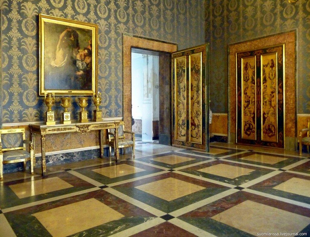 Неаполитанский дворец.