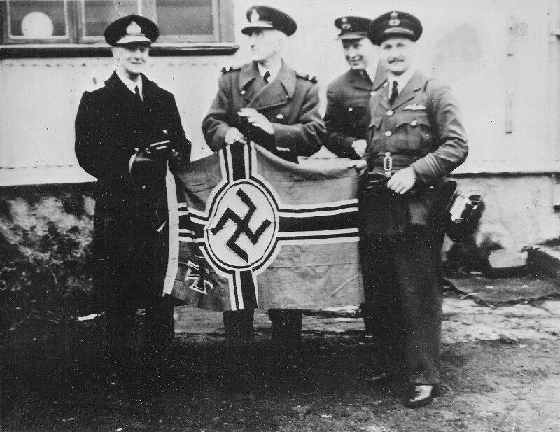 Британцы с флагом захваченной немецкой подлодки U-570. 41.jpg