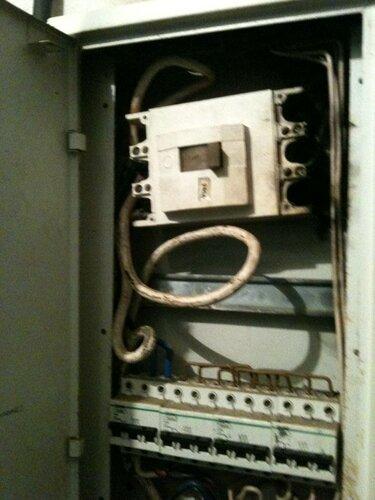 Фото 1. Установленный в щитовой общежития трёхполюсный автоматический выключатель (номинал - 250 А) вышел из строя. Произошло подгорание контактов автоматического выключателя и оплавление изоляции присоединённых к ним проводов.