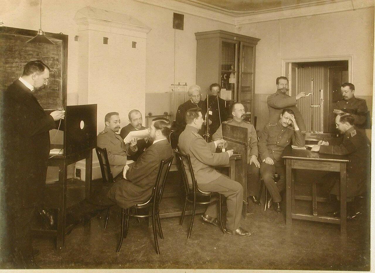 16. Офицеры во время практических занятий с измерительными приборами