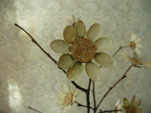 Ромашка из пробки, прутиков и тыквенных семечек