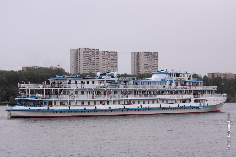 7 сентября 2009 года. Теплоход «И.А.Крылов» идет по Химкинскому водохранилищу напротив Северного речного вокзала Москвы