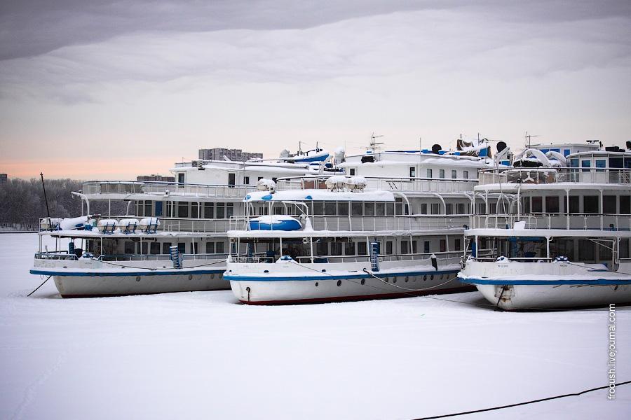 2 января 2010 года. Северный речной вокзал. Теплоходы «Цезарь», «Илья Муромец» и «Президент» скованы льдом Химкинского водохранилища