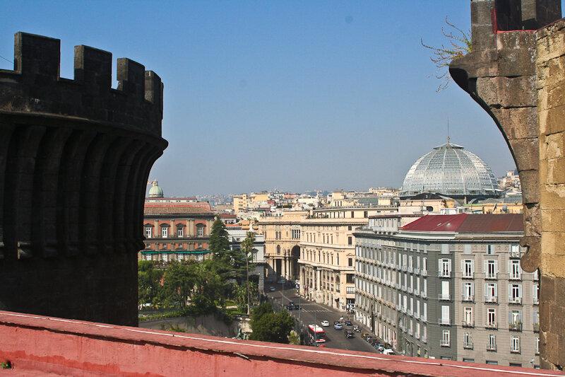 Улица Толедо. Высокий стеклянный купол – это галерея Умберто