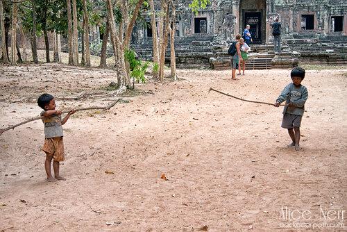 игры местных мальчишек, Ангкор, камбоджа