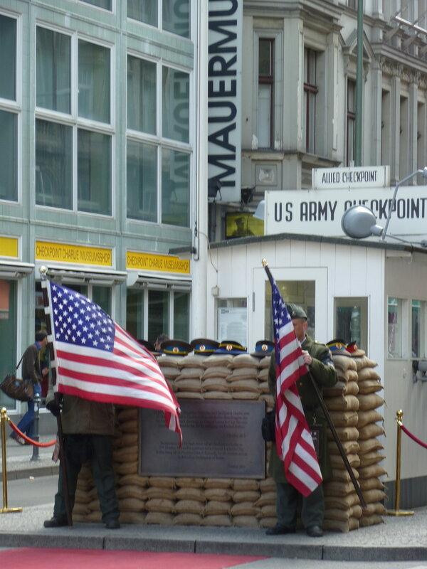 Бравые американские пограничники прячутся за звездно-полосатыми стягами
