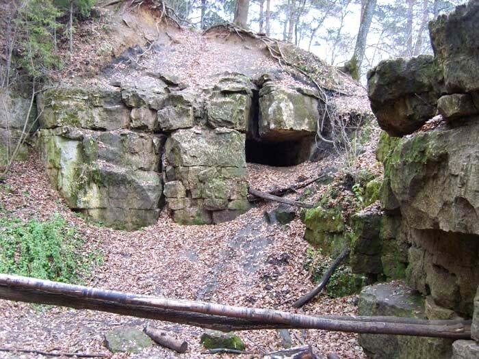 Полушкинские карьеры, пещера