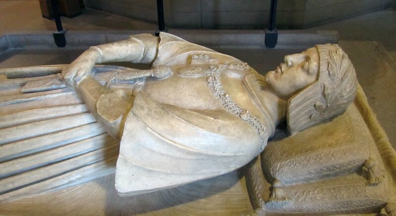 Бамбайя. Надгробие Гастона де Фуа