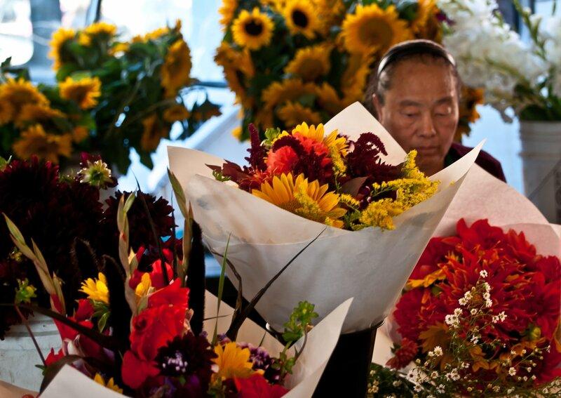 Цветочница среди цветов