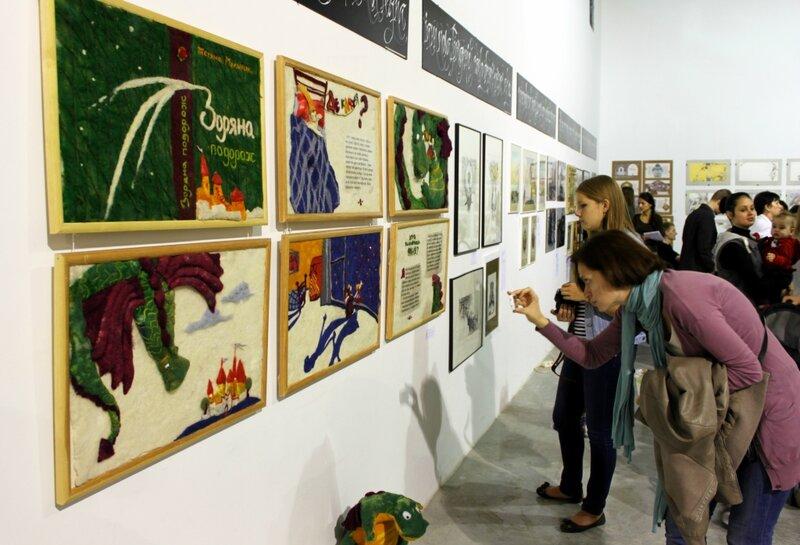 Посетители выставки рассматривают экспозицию