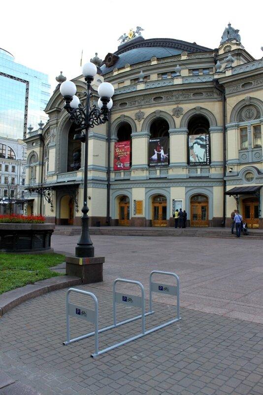 велопарковка возле Национальной оперы