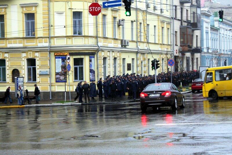 Отряд милиции возле парка Шевченко
