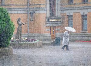 Когда спешить уже некуда... (дождь, зонт, скульптура, старик)