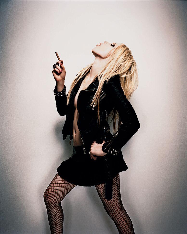 smoking Avril Lavigne / Аврил Лавин с сигаретой