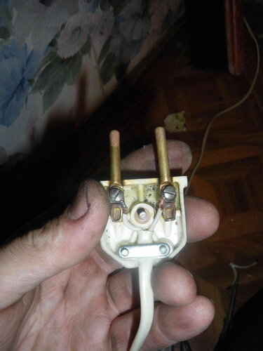 Фото 6. Вилка переустановлена без лужения и опрессовки. Повреждённый участок провода удалён. На очереди зачистка штепсельных контактов.
