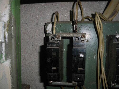 Фото 3. Групповые автоматические выключатели (типа АЕ) квартиры. Оплавление изоляции провода, отходящего от второго автоматического выключателя.
