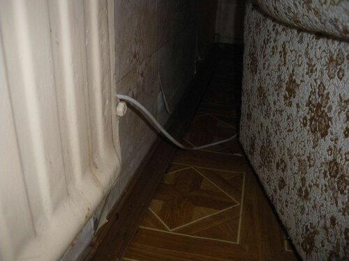 Фото 4. Антенный кабель брошен за батареей. Видимо, под плинтусом ему не хватило места.