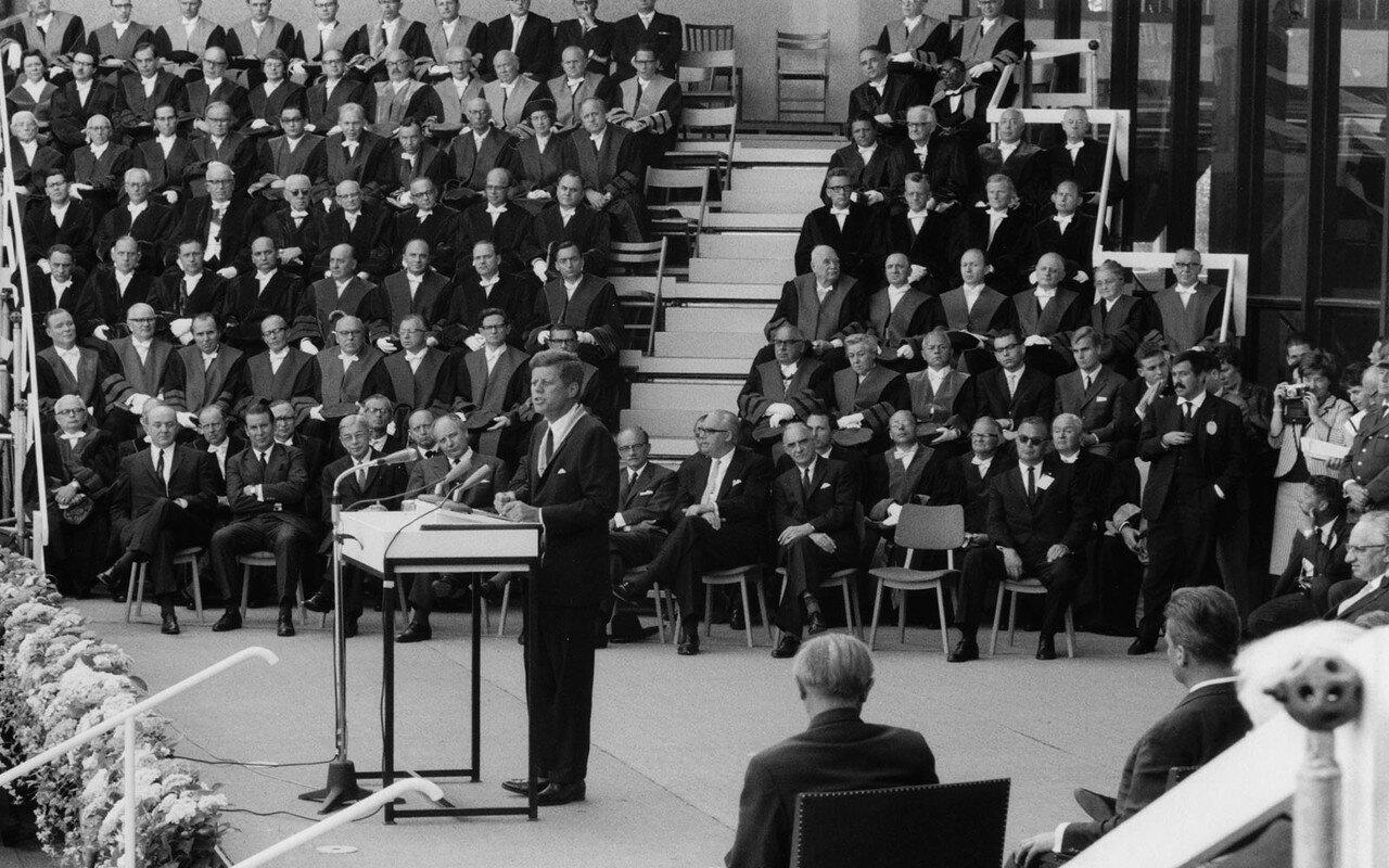 26 июня 1963. После переговоров с представителями правительства Берлин, Кеннеди посетил обед в его честь в мэрии города