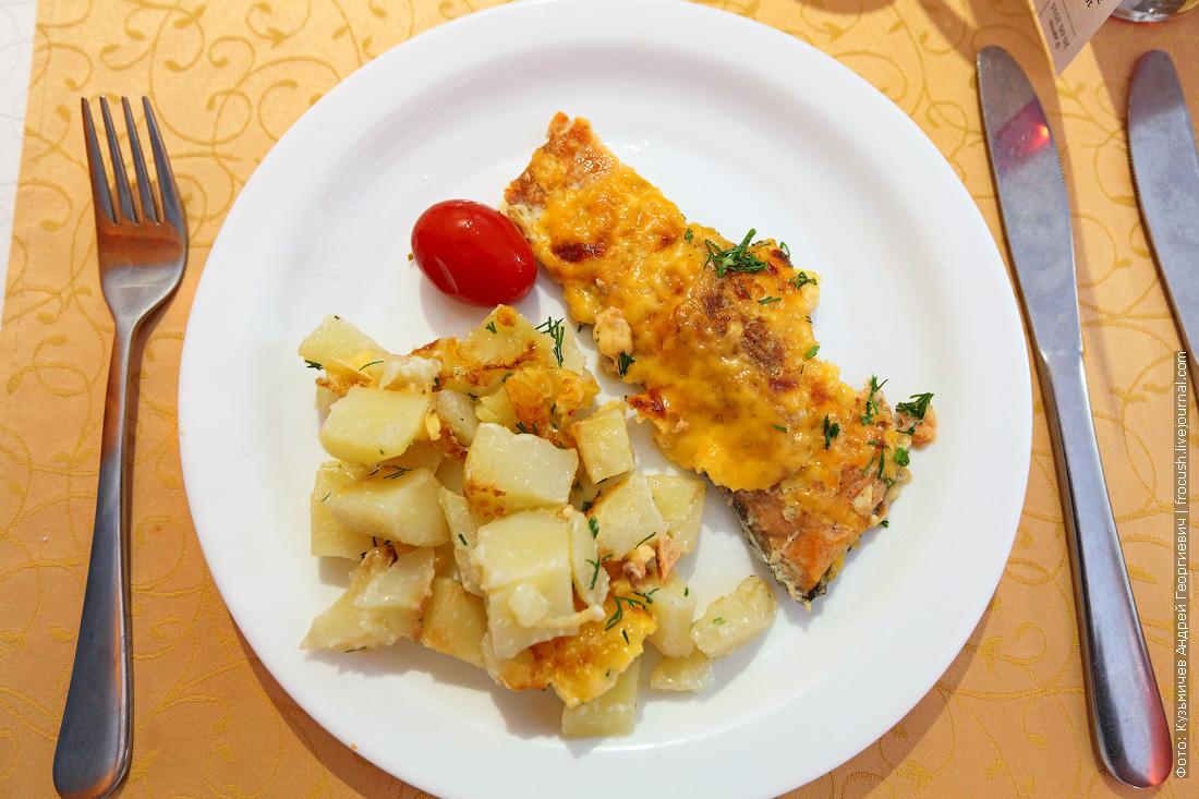 Запеченная под сырной корочкой рыба запеченный картофель
