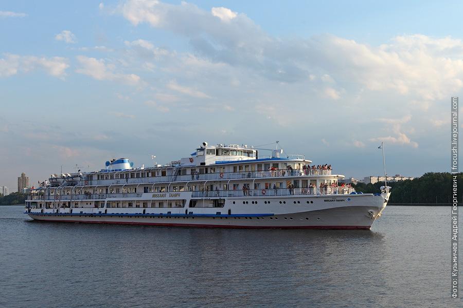 Теплоход «Михаил Танич» (проект 26-37) 27 июля 2012 года идет по Химкинскому водохранилищу