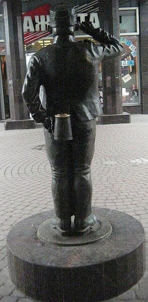 Бравый солдат Швейк, на Балканской площади. г. Санкт-Петербург, Россия, вид сзади