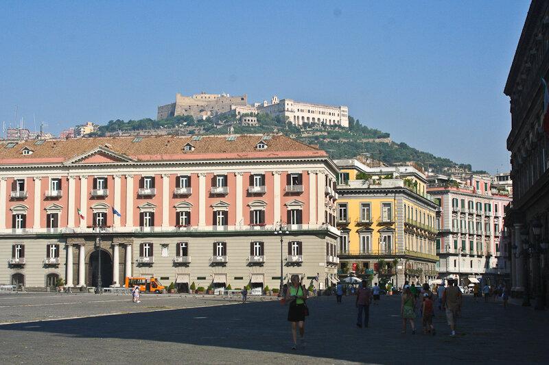 с Королевской площади перед дворцом хорошо просматриваются замок Сант Эльмо