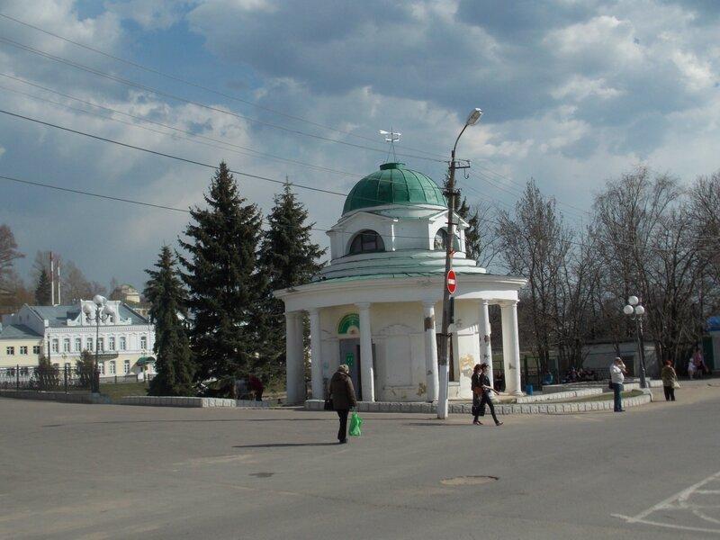 Крестовоздвиженская ротонда-часовня работы Николая Львова в центре Торжка