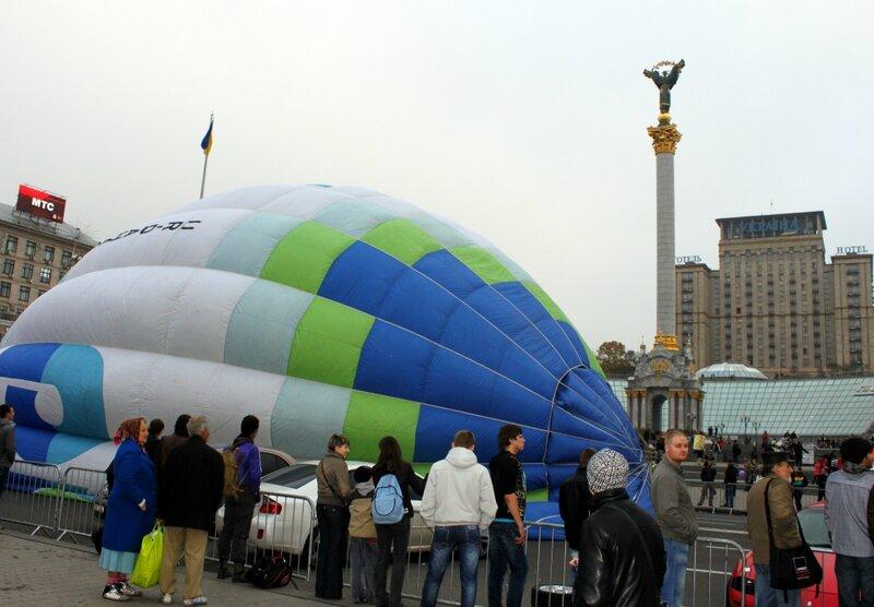 Надувание воздушного шара на Майдане