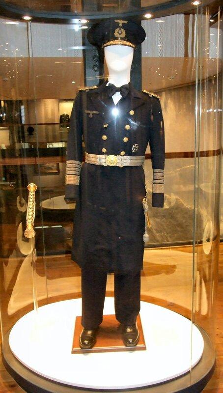 гросс-адмирал Эрих Рёдер, командующий ВМФ Германии в 1935–1943 годах (почему-то без лица)