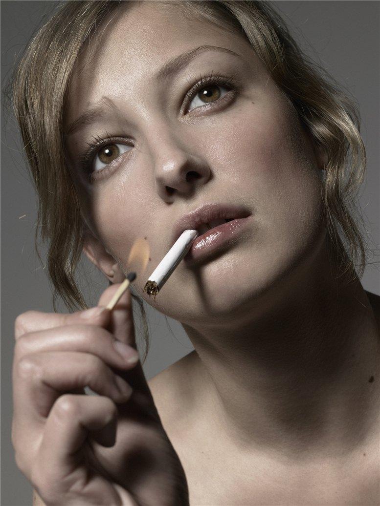 smoking Alexandra Maria Lara / Александра Мария Лара с сигаретой