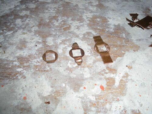 Фото 5. Изношенные контактные пластины поворотного выключателя (слева и посередине) и результат первой (неудачной) попытки изготовления новой контактной пластины (справа).