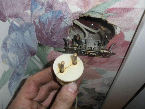 Фото 3. Оплавленная советская вилка и неисправная розетка.