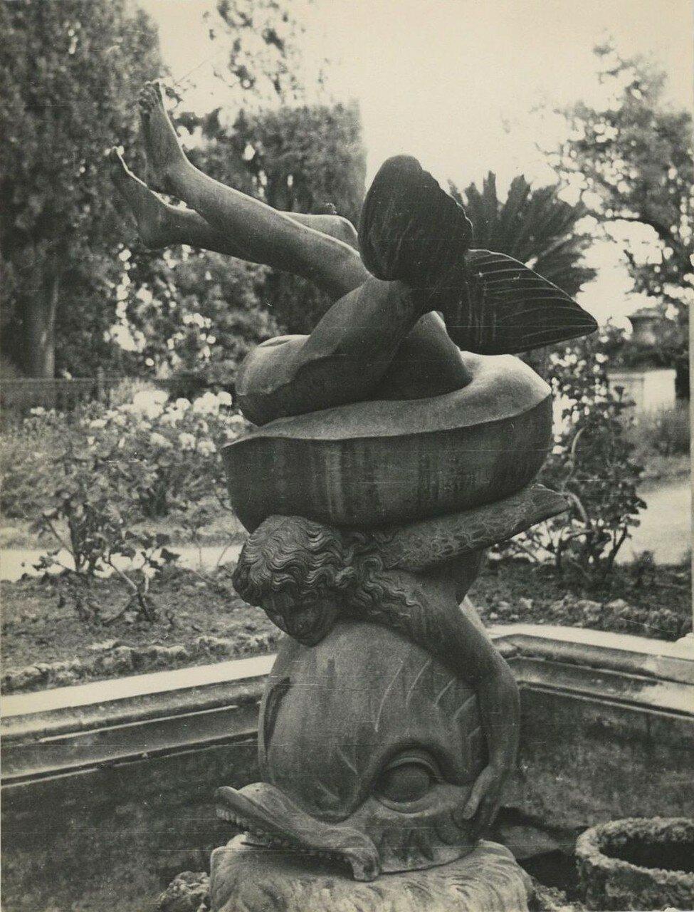 26. Статуя мальчика на дельфине